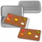 Schokoladentafel mit Zuckereiern in Metalldose
